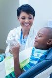 Uśmiechnięty chłopiec czekanie dla stomatologicznego egzaminu Obraz Stock