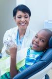 Uśmiechnięty chłopiec czekanie dla stomatologicznego egzaminu Zdjęcie Stock