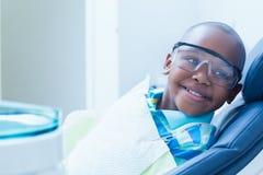 Uśmiechnięty chłopiec czekanie dla stomatologicznego egzaminu Zdjęcia Stock