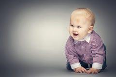 Uśmiechnięty chłopiec czołganie na ziemi Obraz Stock