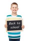 Uśmiechnięty chłopiec mienia chalkboard Zdjęcie Royalty Free