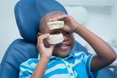 Uśmiechnięty chłopiec mienia usta model Zdjęcia Royalty Free