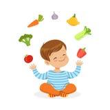 Uśmiechnięty chłopiec obsiadanie na podłoga żongluje z warzywami, dzieciaka zdrowego karmowego pojęcia kolorowa wektorowa ilustra royalty ilustracja