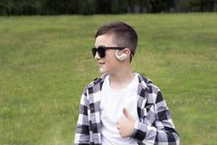 Uśmiechnięty chłopiec odprowadzenie w parku Zdjęcie Royalty Free
