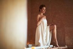 Uśmiechnięty dama pobyt w skąpaniu zakrywającym ręcznikiem zdjęcie royalty free