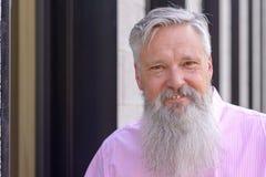 Uśmiechnięty dojrzały mężczyzna z długą popielatą brodą fotografia stock