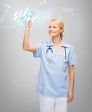 Uśmiechnięty doktorski lub pielęgniarka wskazuje kardiogram Zdjęcie Royalty Free