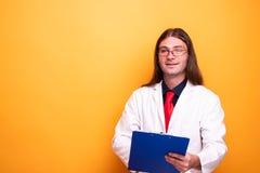 Uśmiechnięty doktorski opowiadać o opiece zdrowotnej obrazy stock