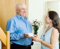 Uśmiechnięty dorośleć mężczyzna daje klejnotowi kobieta Zdjęcia Royalty Free
