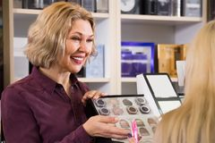 Uśmiechnięty dorośleć matki z młodą córki kupienia pomadką Zdjęcie Stock