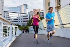 Uśmiechnięty dorośleć pary jogging fotografia royalty free