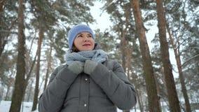 Uśmiechnięty dorosłej kobiety odprowadzenie w zima parku zbiory