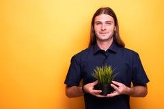 Uśmiechnięty dorosły mężczyzna dumny młoda roślina obrazy royalty free