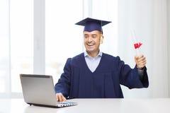 Uśmiechnięty dorosły uczeń w mortarboard z dyplomem obrazy royalty free
