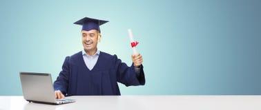 Uśmiechnięty dorosły uczeń w mortarboard z dyplomem zdjęcie stock
