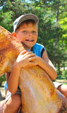 Uśmiechnięty dzieciak jest ubranym nakrętkę w parku obrazy royalty free