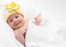 Uśmiechnięty dziecko kłama w łóżku Obraz Royalty Free