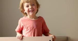 Uśmiechnięty dziecko trzyma drewnianego łóżka ogrodzenie zbiory wideo