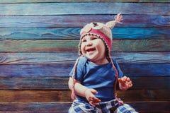 Uśmiechnięty dziecko w ślicznym szydełkującym sowa kapeluszu obrazy stock