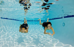 Uśmiechnięty dziewczyn Pływać Podwodny Obrazy Stock