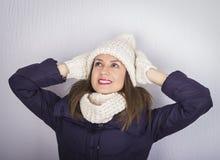 Uśmiechnięty dziewczyna portret jest ubranym kapelusz i rękawiczki zamykamy Obrazy Royalty Free