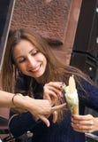 Uśmiechnięty dziewczyny łasowania lody Obrazy Royalty Free