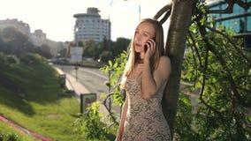 Uśmiechnięty dziewczyny gawędzenie na smartpone outdoors zdjęcie wideo