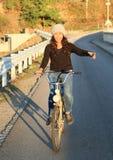 Uśmiechnięty dziewczyny jazdy rower Obrazy Stock