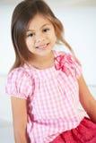 Uśmiechnięty dziewczyny obsiadanie Na kanapie Obrazy Royalty Free