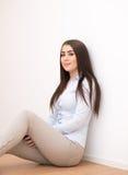 Uśmiechnięty dziewczyny obsiadanie na podłoga Zdjęcia Royalty Free