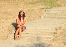 Uśmiechnięty dziewczyny obsiadanie na schodkach Fotografia Stock