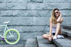 Uśmiechnięty dziewczyny obsiadanie na schodkach Obraz Stock