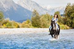 Uśmiechnięty Żeńskiego konia jeźdza rzeki skrzyżowanie Zdjęcie Royalty Free