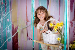 Uśmiechnięty Easter królik na huśtawce i dziewczyna Zdjęcia Royalty Free