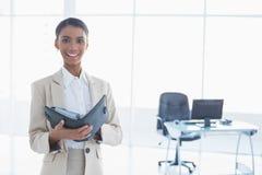Uśmiechnięty elegancki bizneswoman trzyma jej agendę Zdjęcia Stock