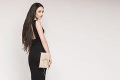 Uśmiechnięty eleganckiej kobiety mienia prezent Fotografia Stock