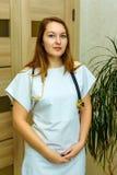 Uśmiechnięty europejski kobieta lekarz z stetoskopem w białym mundurze Portret m?ody medyczny pracownik z pozytywn? postaw? fotografia stock