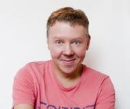 Uśmiechnięty facet w koszulce Zdjęcia Stock