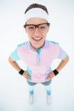 Uśmiechnięty geeky modniś patrzeje kamer ręki na biodrach Fotografia Stock