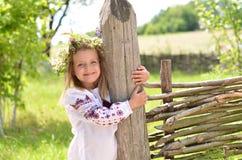 Uśmiechnięty hirl stoi blisko drewnianego ogrodzenia obrazy stock