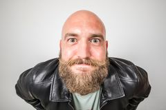 Uśmiechnięty i ekspresyjny brodaty mężczyzna zdjęcia royalty free