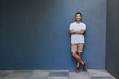Uśmiechnięty i elegancki młody Azjatycki mężczyzna z chłodno postawą obrazy royalty free