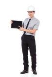 Uśmiechnięty inżynier pokazuje cyfrową pastylkę Fotografia Stock