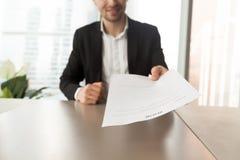 Uśmiechnięty kandydat do pracy wręcza nad życiorysem osoba werbująca podczas wewnątrz Obrazy Stock