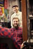 Uśmiechnięty klient przygotowywający dla nowego ostrzyżenia zdjęcia stock