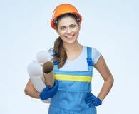Uśmiechnięty kobieta architekt jest ubranym gacenie hełm zdjęcia stock