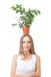 Uśmiechnięty kobieta chwyta houseplant odizolowywający na bielu. obraz stock