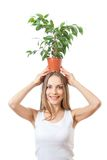 Uśmiechnięty kobieta chwyta houseplant odizolowywający na bielu zdjęcie stock