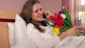 Uśmiechnięty kobieta kochanek dzwoni jej mężczyzna i dziękuje dla pięknego kwiatu bukieta zbiory