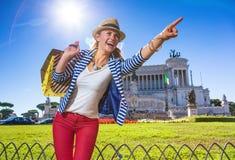 Uśmiechnięty kobieta kupujący przy piazza Venezia wskazuje przy coś Zdjęcia Stock